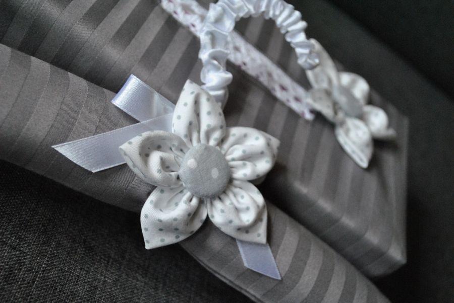 Komplet z białym kwiatem - chustecznik i wieszak -