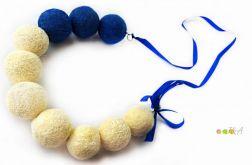 Korale z filcu z kokardką biało niebieskie