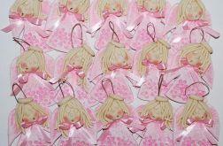 Anielski chór w różowych sukienkach