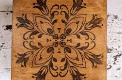 Drewniana skrzynka na drobiazgi z wzorem