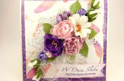 w Dniu Ślubu z kwiatami i piórkami
