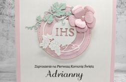 Zaproszenie na komunię dla dziewczynki delikatne różowe IHS z kwiatkiem ZKS 018