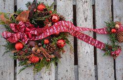 Wianek Bożonarodzeniowy z wstążką na naturalnej bazie