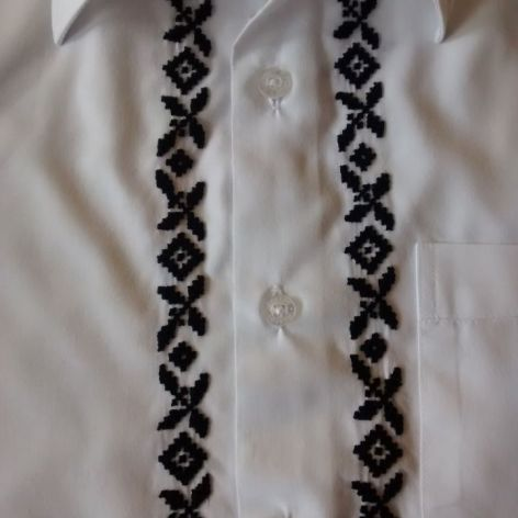 Haftowana koszula z kołnierzem