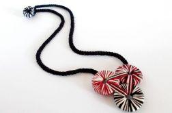 Geometryczny naszyjnik dzianinowy - czarny czerwony i biały