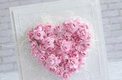 Różowe róże w sercu