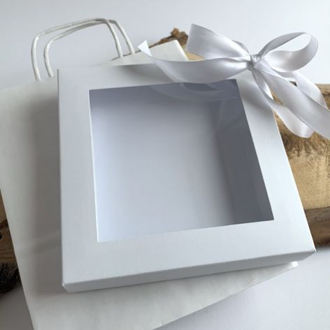 Białe pudełko z wstążką i torebka do kartki