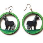 Kolczyki drewniane, malowane - Konie - konie czarne w zieleni