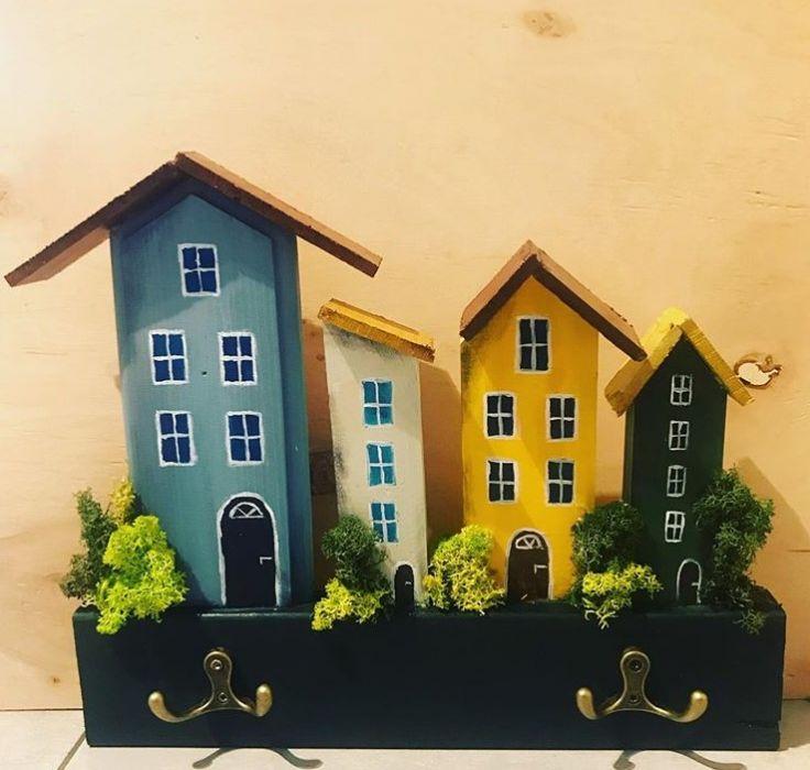 Wieszak- kolorowe, drewniane domki - wersja z chrobotkiem