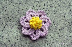 Broszka z bladofioletowym kwiatkiem