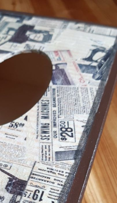 Chustecznik stara gazeta II - motyw starej gazety z maszynami do szycia