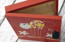 czerwone pudełko na klucze z kotem