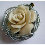 Róża z korala w srebrnej aureoli, duża broszka