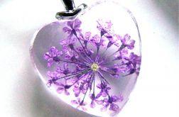Fioletowe kwiaty zatopione w szkle, serduszko