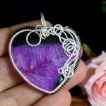 Srebrny wisior z Agatem w kształcie serca - wisior na dłoni