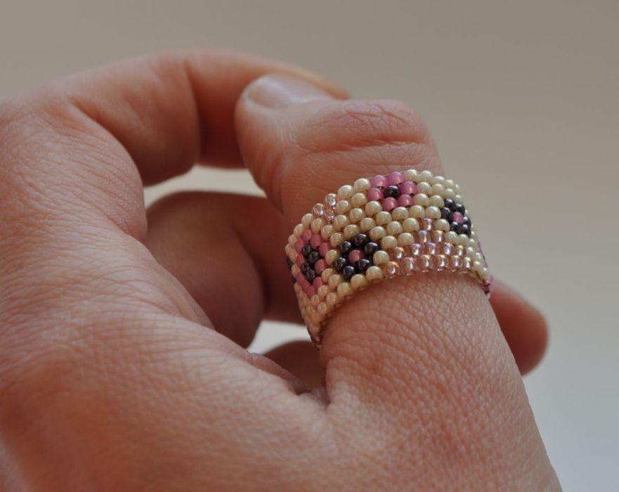 Koralikowy pierścionek w kwiaty