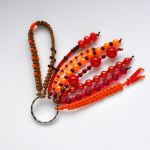 Brelok koralikowy czerwony - utrzymany w kolorach czerwonym,, pomarańczowym i brązowym