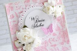 W dniu ślubu z białym różami