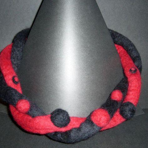 Naszyjnik filcowy - czarno czerwony