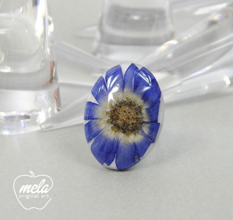 0448/~mela~ pierścionek - kwiat w żywicy