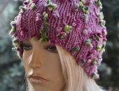 Różowa czapka z różowo-zielonymi kwiatkami