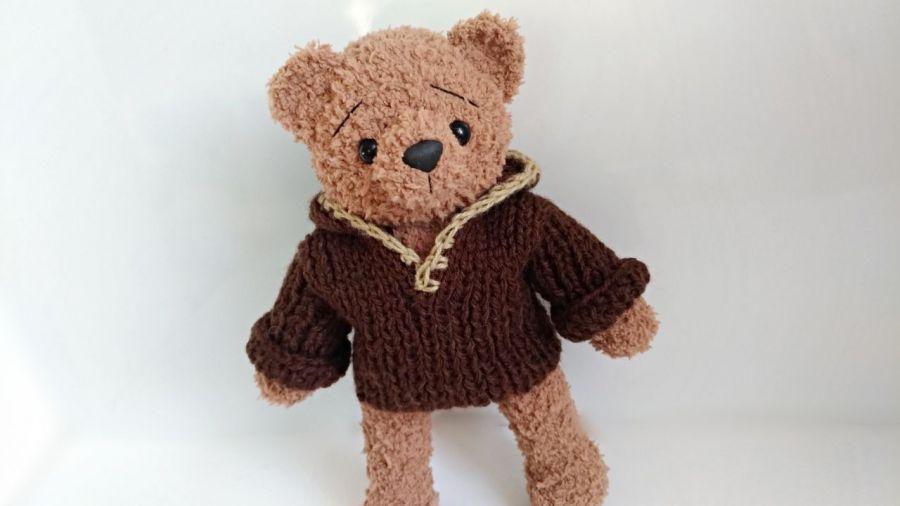 Brązowy miś Teodor w sweterku