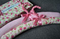 Dwa romantyczne różowe wieszaki