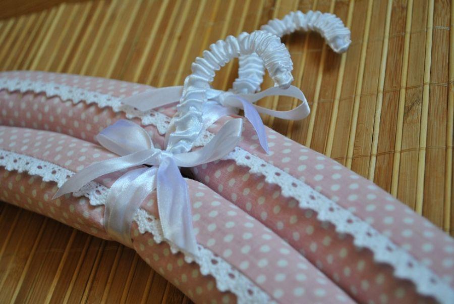 Romantyczny różowy wieszak z koronką