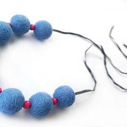 Korale z filcu i drewna niebieskie