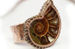 Miedziany pierścionek ze skamieliną ammonitu