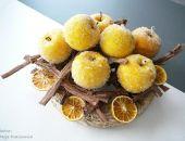 Żółte jabłka z plastrami pomarańczy