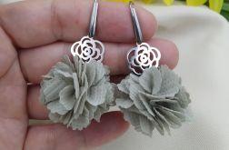 Małe krótkie szare siwe kolczyki kwiatki