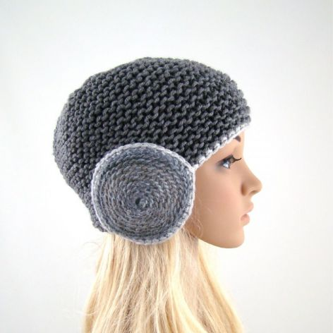 szara czapka z okrągłymi nausznikami