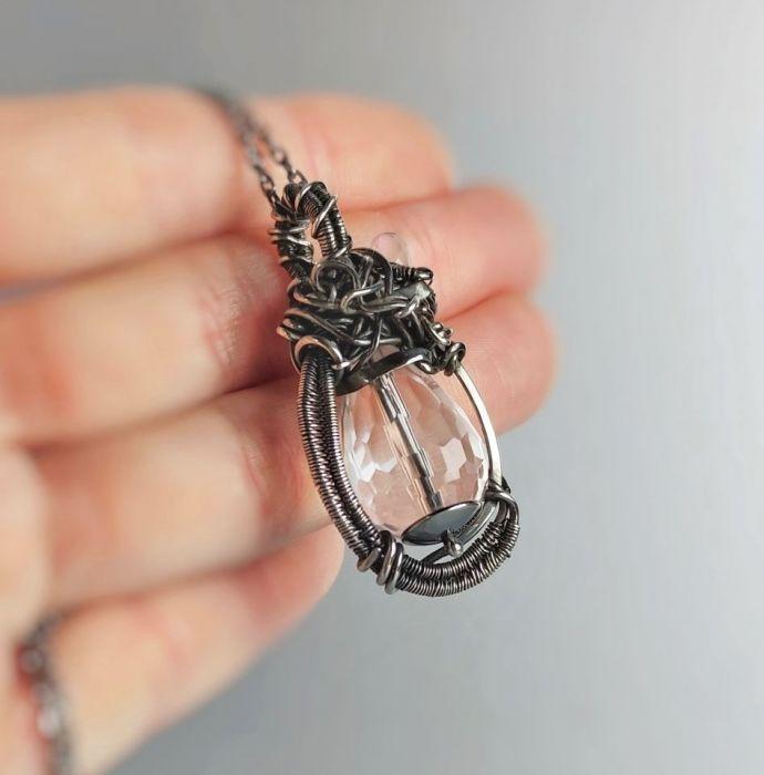 Srebrny wisiorek: kryształ, kamień księżycowy
