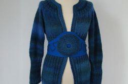 sweter w błękitach z ozdobnym pasem