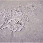 Elegancki obrus haftowany w białe róże