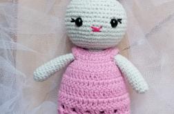 Słodki szydełkowy króliczek w sukience