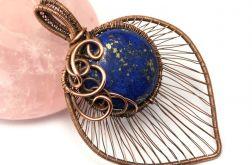 Lapis lazuli, Miedziany wisior z lapisem.