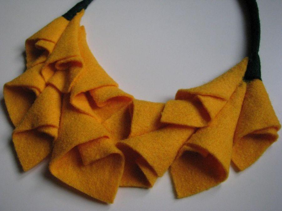 Filcowy naszyjnik żółty