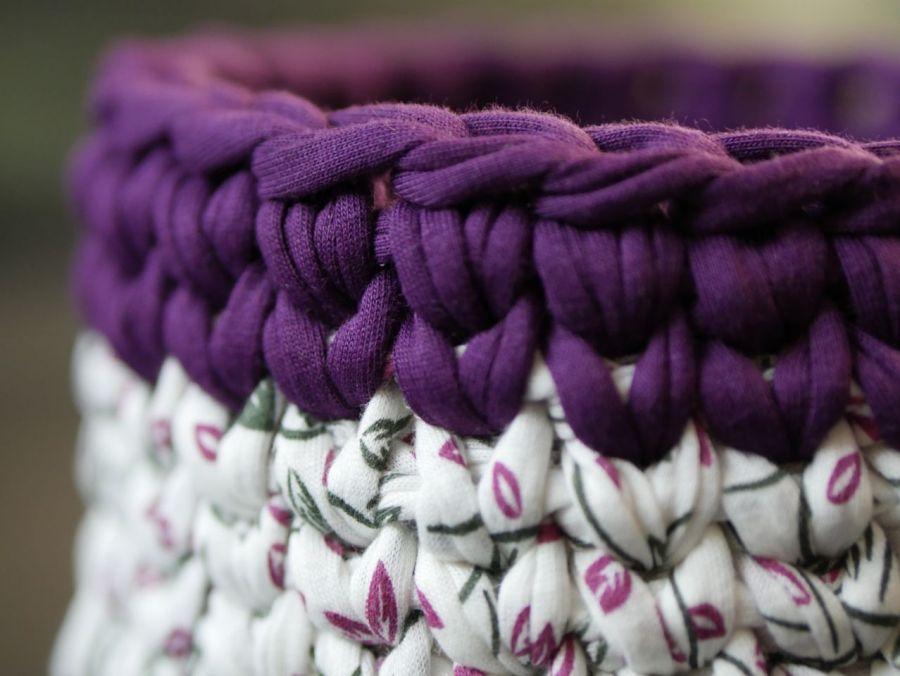 Koszyczek ze sznurka na szydełku biało fioletowy