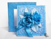 Niebieska kartka w pudełku