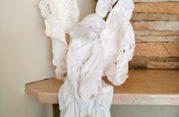 Zamyślony anioł - siedząca figurka