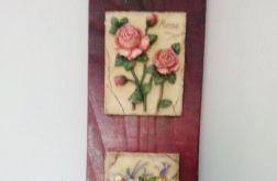 Zawieszka ozdobna na desce z kwiatami na ceramicznych płytkach