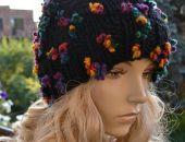 Czarna czapka z tęczowymi kwiatkami