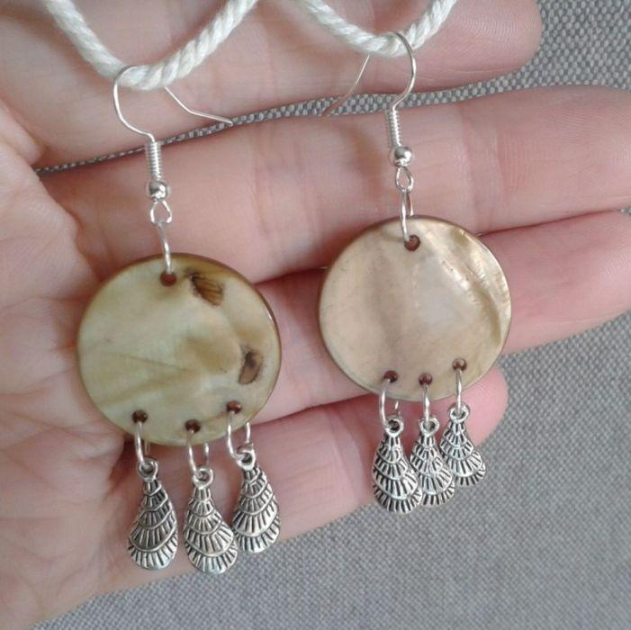 Kolczyki z  masy  perłowej z piórkami