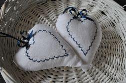 Romantyczne serduszko z granatowym haftem