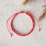 Czerwona bransoletka Relva ze złotymi koralikami - Czerwona pleciona bransoletka z koralikami