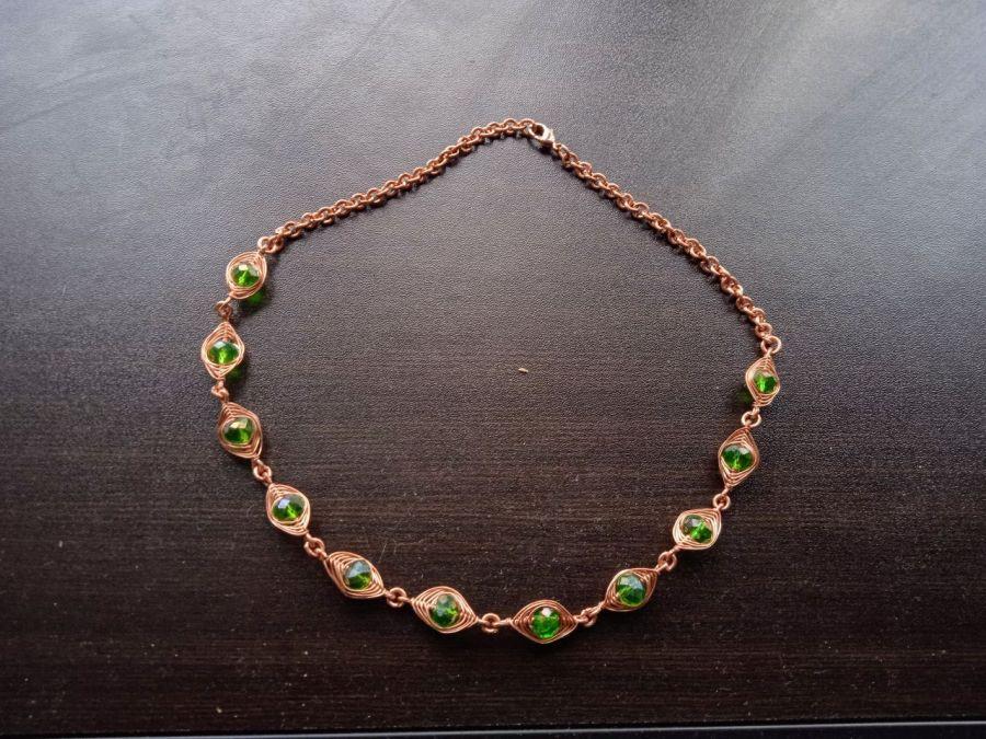 Miedziany naszyjnik z kryształkami (zielony)
