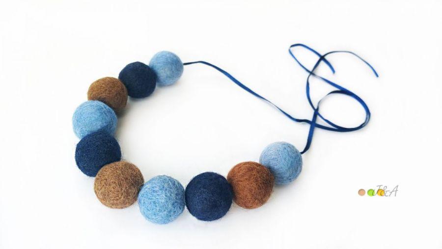 Korale z filcu niebiesko brązowe