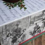 Chustecznik vintage świąteczny z dziećmi - zdjęcie dolne pokazuje jak wygląda chustecznik widziany od góry - widać napisy listu o narodzinach Pana, oraz fotografie dzieci bawiących się na sankach (zdjęcia romantyczne vintage), górne zdjęcie to powiększenie fotografii z dłuższego boku chustecznika
